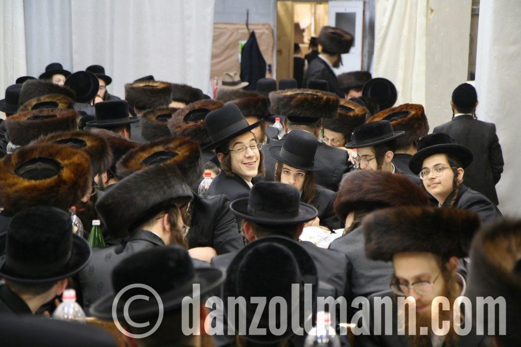 nogal een glimlach (op een huwelijksfeestje van een rabbijn)