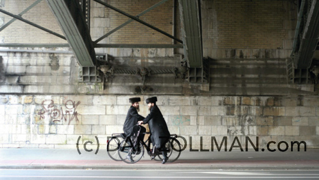 twee mannen, twee fietsen, twee hoeden onder één brug