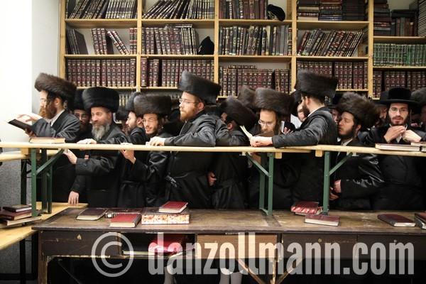 in afwachting van de les van de rebbe, rabbijn